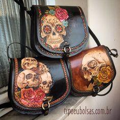 @tipoeubolsas #handmade #leatherwork #bag #bolsadecouro #artesanato Leather Carving, Leather Tooling, Leather Bag, Skull Purse, Skull Art, Leather Accessories, Beautiful Bags, My Bags, Leather Craft