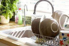 ¿Conoces estos trucos para limpiar la vajilla? Con el uso, nuestros platos y cubiertos se acaban dañando y no lucen con su brillo habitual. Sigue estos consejos para conseugirlo