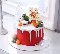 New birthday cake decorating ideas Christmas Themed Cake, Christmas Cake Designs, Christmas Cake Decorations, Christmas Food Gifts, Holiday Cakes, Christmas Desserts, Christmas Baking, Chocolate Drip Cake Birthday, Cake Lettering