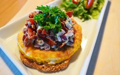 Viikonloppuaamuisin on ihana nauttia tuhti aamupala. Paistettu muna sekä pekonisalaatti yhdessä Uotilan 100% Kauraleivän kanssa maistuvat erinomaiselta.