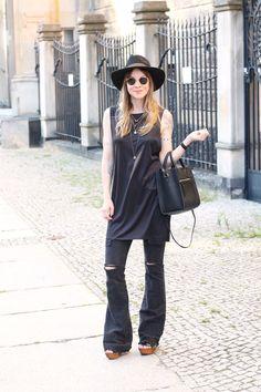 Toll, wie Ina von floatingbohemian unser Modell Litizia zur schwarzen Schlaghose kombiniert. #poilei #bloggerstyle #fashion