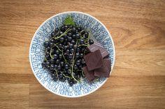 Kiri-Muffins mit schwarzen Johannisbeeren und dunkler Schokolade