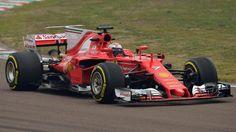 Sebastian Vettels Teamkollege Kimi Räikkönen präsenteirt den neuen Ferrari SF70H auf der Rennstrecke. (Quelle: dpa)