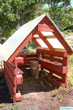 Outside DIY: kiosk,lekstuga,lastpallar,lastpall,diy (Diy Pallet Planter) Diy Pallet Projects, Outdoor Projects, Garden Projects, Pallet Ideas, House Projects, Pallet Playhouse, Build A Playhouse, Pallet Fort, Casa Kids