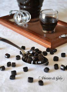 Il liquore di liquirizia fatto in casa è molto buono, la ricetta è molto semplice e il liquore è buonissimo da bere già da subito. Perfetto da regalare.