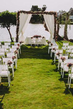 Materiales y tendencias para armar un altar de ensueño para tu Gran Día. #Matrimoniocompe #Organizaciondebodas #Matrimonio #Novios #TipsNupciales #CaminoAlAltar #MatriPeru #BodaPeru  #DecoracionDeMatrimonio #DecoracionConFloresParaBodas #DecoracionAltarBoda Lil Sis, Table Decorations, Wedding Dresses, Ideas Para, Floral, Outdoor Ceremony, Outdoor Weddings, Wedding Decoration, Wedding Planning