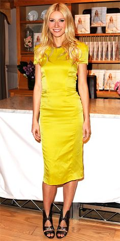 Usually I don't think that yellow and blonde go that well together, but this glowing and chic dress makes it work in Gwyneth... Also loving the length of the dress and her sparkling blue eyes :)