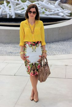 Love the yellow blouse and tropical skirt. Via Crazy Style Skirt Outfits, Chic Outfits, Look Fashion, Womens Fashion, Topshop Skirts, Yellow Blouse, Outfit Trends, Office Fashion, Work Attire