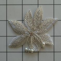 beaded leaves Embroidery Leaf, Bead Embroidery Patterns, Embroidery Stitches, Embroidery Designs, Leaf Flowers, Beaded Flowers, Leaf Jewelry, Jewelry Crafts, Beaded Wedding Jewelry