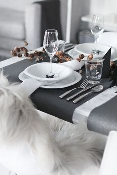 Simple Christmas table settings with a touch of black Decoration Christmas, Decoration Table, Christmas Table Settings, Holiday Tables, Christmas Tablescapes, Simple Christmas, Winter Christmas, Black Christmas, Christmas Presents