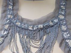 Plastron en broderies de perles de rocailles et sequins blanc/gris