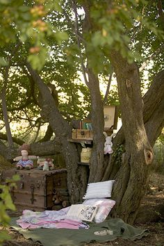 look how much cute they made out of a relatively unremarkable tree and a very small space. make a little reading/picnic spot under a tree in backyard akin to this idea. Outdoor Play Spaces, Picnic Spot, Outdoor Living, Outdoor Decor, Tree Tops, Furniture Styles, Looks Cool, Outdoor Gardens, Reading Club