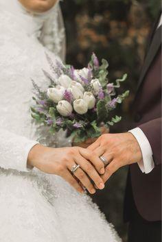 Muslim Couple Photography, Wedding Photography Poses, Foto Wedding, Wedding Photos, Cute Muslim Couples, Marriage Day, Muslim Wedding Dresses, Short Wedding Hair, Wedding Proposals