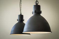Fabriekslamp Zwart. Unieke zwarte hanglamp of keukenlamp. Industrieel met landelijke twist. Ook als grotere fabriekslamp leverbaar. Gratis bezorgd!