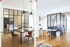 La verrière d'atelier souligne la hauteur sous plafond dans cet appartement haussmanien (mur et plafond blancs, moulures, parquet point de Hongrie)