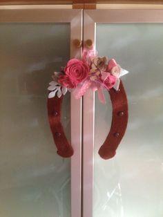 Ferro di cavallo in feltro decorato con Roselline big shot