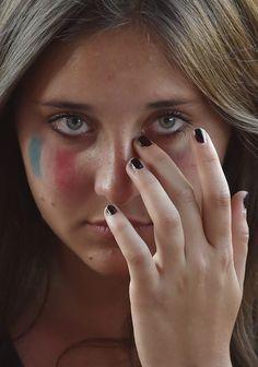 16:11 Une Française pleure à Melbourne, Australie, lors d'un rassemblement à la mémoire des victimes des attentats terroristes à Paris.Photo: AFP/Paul Crock