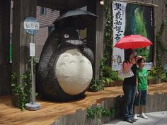 Grr... it's things like this that make me love Japan even though I've never been there. Nooo... not the tourists with the red umbrella... ya smart arses. The HUGE Totoro... oh how I wish they were at bus stops here.