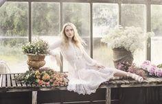 Olhares: Dakota Fanning brilha em campanha de sapatos