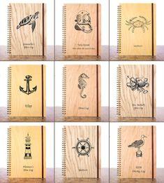 Questo giornale personalizzato contiene illustrazioni di arte classica navali / marine dalla nostra serie Seaborn. Fai un regalo grande subacqueo personalizzato selezionando uno dei nove disegni quotati arte navale. È anche possibile scegliere una copertura di diverse specie legnose!  ♥ PERSONALIZZARE LOG BOOK DI QUESTO DIVER ORDINANDO UN ♥ TESTO E COPERTURA IN LEGNO PERSONALIZZATI  = = = DESCRIZIONE DEL PRODOTTO = = = -Elegante copertura fatta con vero legno (impiallacciatura di legno…