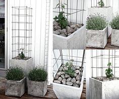de grandes jardinières en béton avec lavande sur la terrasse