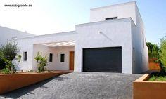 Frente de una de las casas modernas del barrio mediterráneo