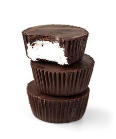 Ingredientes:  360 g chocolate negro 70% 30 g mantequilla 240 g preparado de marshmallow Preparar una bandeja de minicupcakescon moldes. Poner el chocolate en un vaso de cristal y fundirlo en el micr