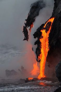 Lava flowing into the ocean from kilauea volcano (hawaii) by leigh hilbert Volcano National Park, National Parks, Images Cools, Volcan Eruption, Beautiful World, Beautiful Places, Amazing Places, Fuerza Natural, Cool Pictures