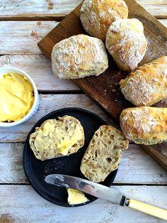 Eltefrie solsikkerundstykker – Maj-Britt Aagaard Norwegian Food, Piece Of Bread, Bread Rolls, I Love Food, No Bake Cake, Italian Recipes, Bread Recipes, Delish, Food And Drink