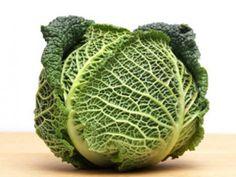 """""""Wirsing ist nicht teuer, enthält kein Fett und nur 26 kcal pro 100 Gramm. Und auch die Gesundheit freut sich, wenn Sie jetzt häufiger Wirsing zubereiten, denn der Kohl ist ein wichtiger Lieferant für Vitamin C (49 mg / 100 g), E und Folsäure. Die in ihm enthaltenen Senföle wirken zudem antibakteriell. Wichtig, wenn Sie Wirsing zubereiten: Im rohen Kohl steckt eine Vorstufe des Vitamin C, das tatsächliche Vitamin entsteht erst beim Erhitzen des Kohls."""""""