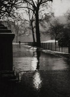Winter street scene, London, by E.O. Hoppe, 1925