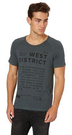 T-Shirt in Melange-Optik mit Print für Männer (unifarben mit Print, kurzärmlig mit Rundhals-Ausschnitt) aus Jersey gefertigt, pigmentierter Schriftzug-Print vorne, offene Enden der Ärmel-Nähte entlang der Schulter-Partie. Material: 60 % Baumwolle 40 % Polyester...
