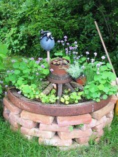 Kräuterhochbeet mit altem Wagenrad DIY Garden Yard Art When growing your own lawn yard art, recycled Vegetable Planters, Raised Vegetable Gardens, Vegetable Garden For Beginners, Vegetable Garden Design, Gardening For Beginners, Raised Garden Beds, Raised Bed, Vegetable Gardening, Diy Garden Projects