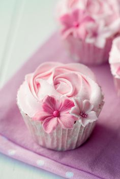 de – Baking accessories for cupcakes, cake pops, muffins and pies - Cake Decorating Blue Ideen Cupcakes Rosa, Pretty Cupcakes, Beautiful Cupcakes, Flower Cupcakes, Pink Cupcakes, Rose Cupcake, Yummy Cupcakes, Wedding Cupcakes, Valentine Cupcakes