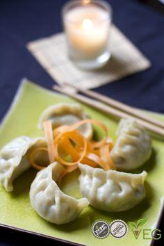Ricetta Ravioli Cinesi - le ricette di lacucinavegetariana.it Una delle specialità orientali che ci piacciono di più sono certamente i ravioli cinesi! Questi bocconcini prelibati, sono una vera leccornia. Belli ripieni di funghi, spaghetti di soia e verdure fresche, sono il massimo se scottati in padella e intinti nella salsa di soia o nella tipica salsa cinese agrodolce.