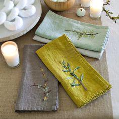 Des serviettes brodées de branchages