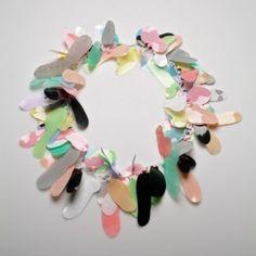 Sarah Enoch, collier, plastic