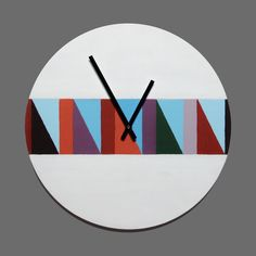 Белые настенные часы с геометрическим рисунком