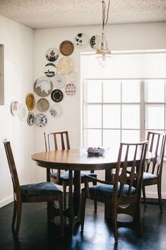 7-2-asymmetrical-decorative-plate-hanging-on-wall-decor-ideas-dining-room-wooden-dining-furniture-