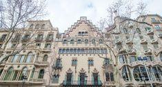 """El """"Quadrat d'Or"""" es un símbolo de la Barcelona modernista. En el blog de Atipika destacamos esta zona de la Dreta de l'Eixample donde se encuentran elegantes y fantásticas propiedades.  #Atipika #Barcelona #realestate #inmobiliaria #Eixample #modernismo #casabatllo #casaamatller Barcelona Cathedral, Louvre, Building, Blog, Travel, Modernism, Cities, Viajes, Buildings"""