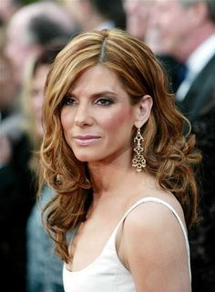 very elegant long hairstyle with curls and thick blonde highlights . Thick Blonde Highlights, Blonde Foils, Hair Highlights, Elegant Hairstyles, Summer Hairstyles, Hairstyles For Rectangular Faces, Long Curly Hair, Curly Hair Styles, Sandra Bullock Hair