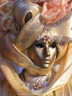 champagne-colored reveler - Venice carnival (mamietitine)