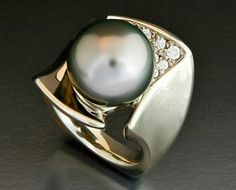 gold ring with Tahitian Pearl and Diamonds