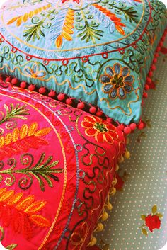 Decorative pillows and cushions can accentuate the summer theme home decor and home design. Deco Floral, Bohemian Decor, Bunt, Decoration, Home Accessories, Decorative Pillows, Textiles, Shabby, House Styles