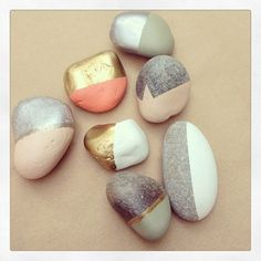 The best DIY projects & DIY ideas and tutorials: sewing, paper craft, DIY. Diy Crafts Ideas Pretty gold leaf stones and painted rocks. Kids Crafts, Diy And Crafts, Arts And Crafts, Diy Projects To Try, Craft Projects, Diy Décoration, Home And Deco, Pebble Art, Stone Painting