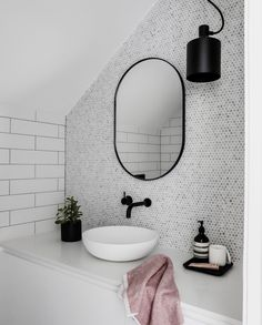 Salle de bain moderne vasque blanche robinet noir #bathroomdesign