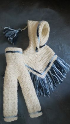 N° 127 . Ensemble blanc et bleu : salopette bustier et poncho à capuche.