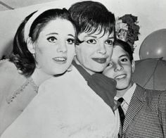 Lorna Luft and Brother Joey Luft with Mother Judy Garland in 1967 Judy Garland, Lorna Luft, Room Photo, Mother Teach, Dressing, Valley Of The Dolls, Big Show, Famous Faces, Old Pictures