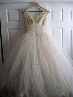 (via VINTAGE Handmade 1950's Wedding Dress Headpeice by suziwoods)