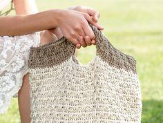 Diese besondere Häkeltasche hat das Zeug zum ständigen modischen Begleiter. Durch den extra gehäkelten Boden ist sie ein wahres Platzwunder.